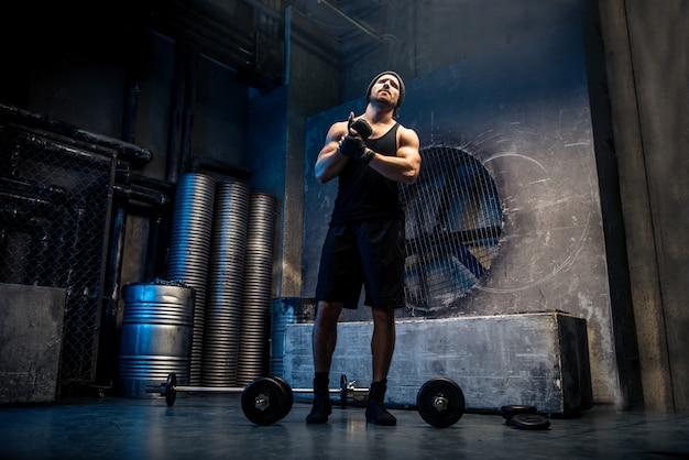 Man training in een sportschool