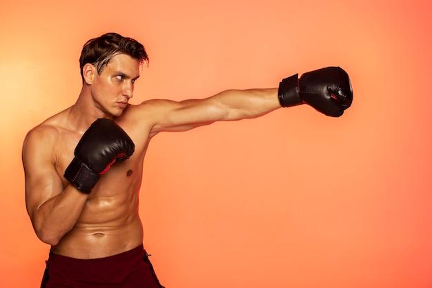 Man training met bokshandschoenen