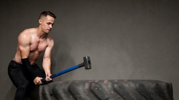 Man training met hamer