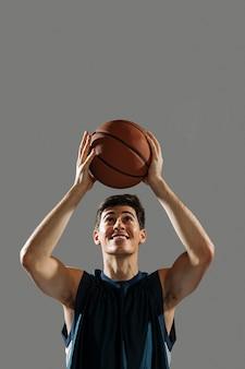 Man training voor basketbalwedstrijd