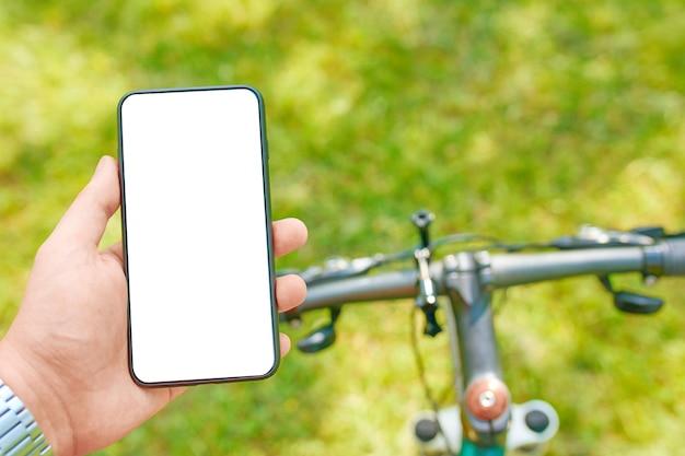 Man traint op de fiets met smartphone
