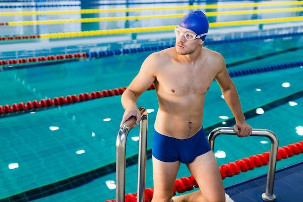 Man traplopen van zwembad