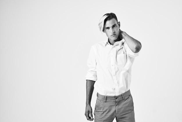 Man trendy kapsels zelfvertrouwen wit overhemd poseren