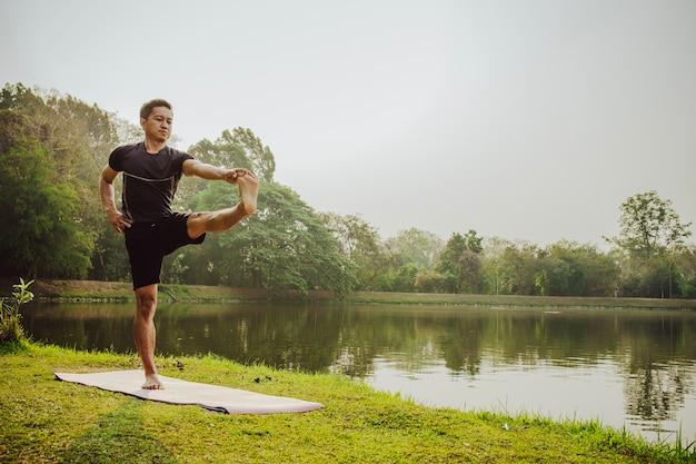 Man tretching met yoga in de natuur