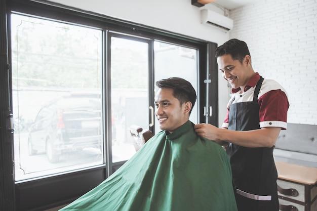 Man trok de kapper van zijn kapper aan zijn cliënt aan
