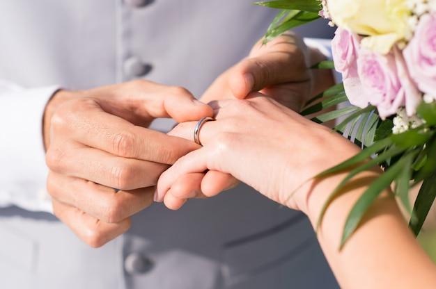 Man trouwring geven aan haar vrouw