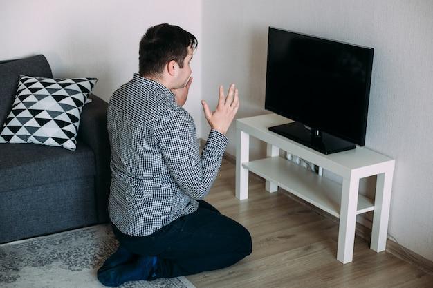 Man tv-nieuws kijken over coronavirus