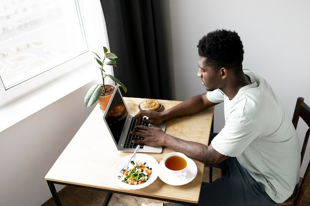 Man typen op laptop medium shot medium