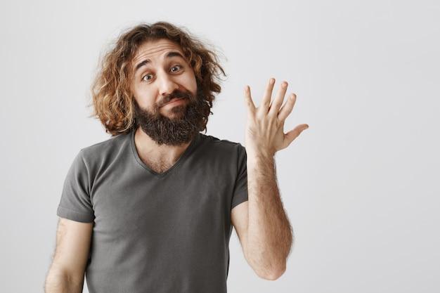 Man uit het midden-oosten beoordeelt het gemiddelde product en toont geen slecht gebaar en grijns