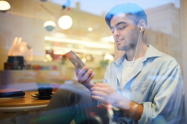Man uit het midden-oosten die naar muziek luistert