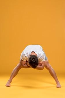 Man uitoefenen in yoga pose