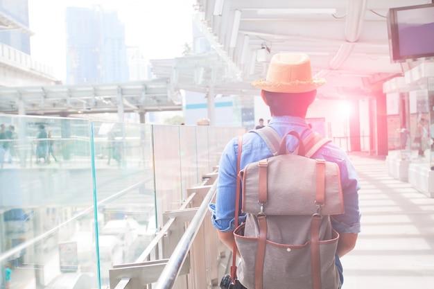 Man vakantie man gelukkig reizen backpacker