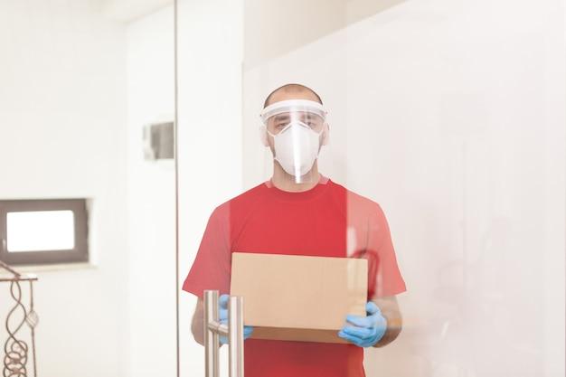 Man van bezorgservice die een beschermingsmasker draagt tijdens de uitbraak van het coronavirus.