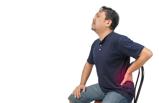 Man van middelbare leeftijd die lijden aan rugpijn op wit wordt geïsoleerd