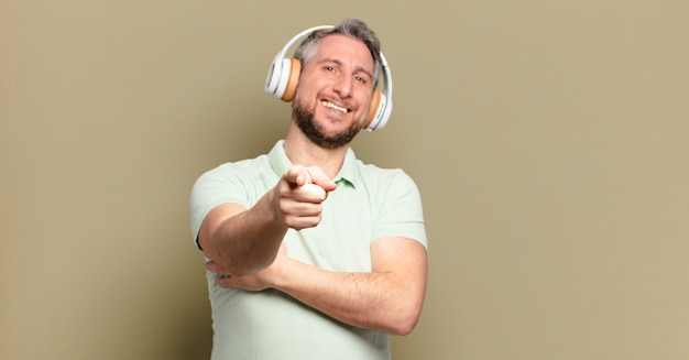 Man van middelbare leeftijd die muziek luistert met zijn koptelefoon