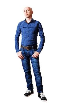 Man van middelbare leeftijd in een blauw shirt en spijkerbroek