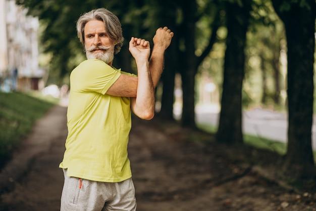 Man van middelbare leeftijd joggen in het bos