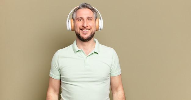 Man van middelbare leeftijd luisteren muziek met zijn koptelefoon
