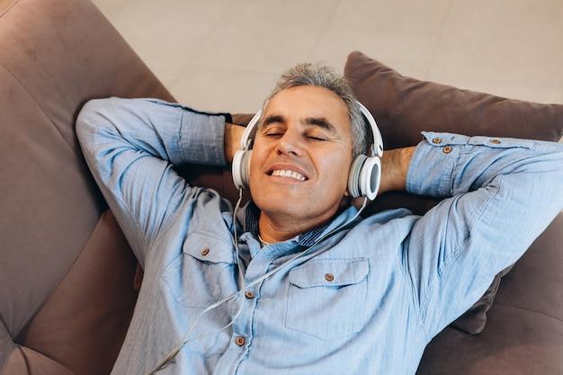 Man van middelbare leeftijd luisteren naar muziek