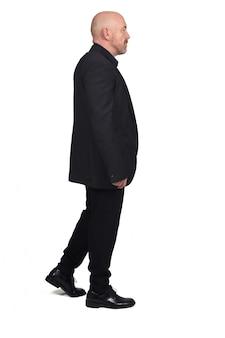 Man van middelbare leeftijd met blazer lopen