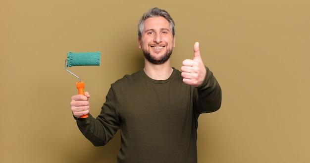 Man van middelbare leeftijd met een roller verf verfraaien concept