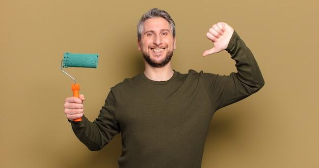 Man van middelbare leeftijd met een roller verf versieren concept