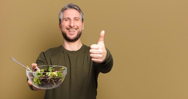 Man van middelbare leeftijd met een salade