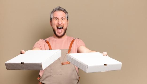 Man van middelbare leeftijd met karton