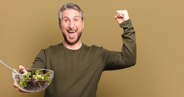 Man van middelbare leeftijd met salade
