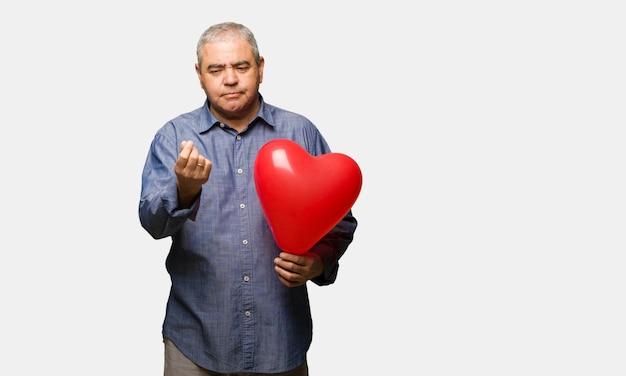 Man van middelbare leeftijd vieren van de mens valentijnsdag een gebaar van noodzaak doen