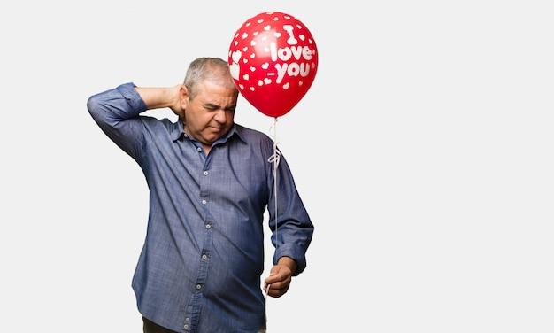 Man van middelbare leeftijd vieren van de mens valentijnsdag lijden nekpijn