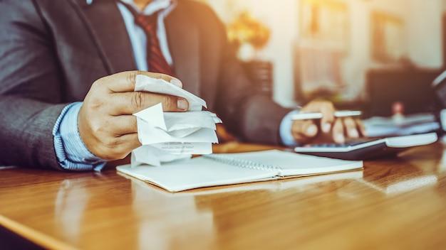 Man van middelbare leeftijd zakelijke kosten rekeningen in het kantoor.