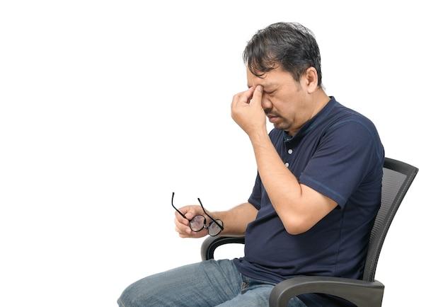 Man van middelbare leeftijd zittend op een stoel en gevoel gestrest en hoofdpijn geïsoleerd op wit