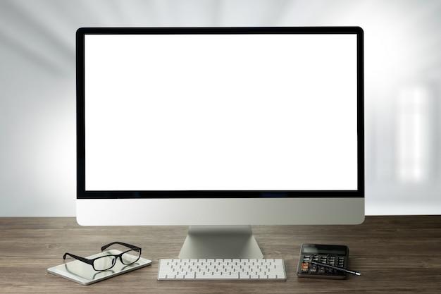 Man van zakenman hand werken op laptopcomputer op houten bureau laptop met leeg scherm op tafel.