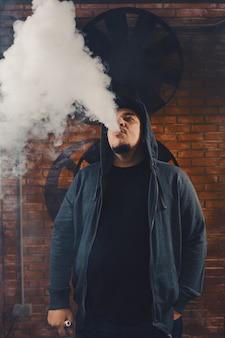 Man vaping een elektronische sigaret