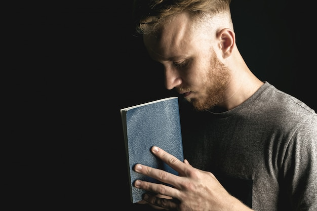 Man, vasthouden, een, bijbel