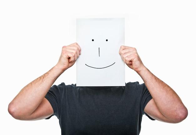 Man verbergt zijn gezicht met lachend papier
