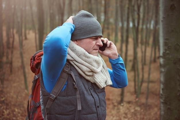 Man verdwaald in het bos