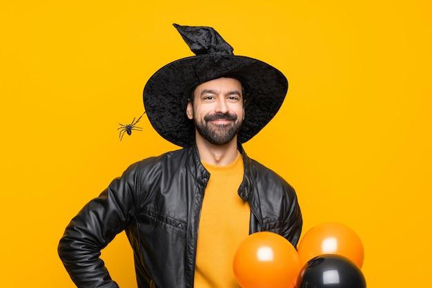 Man verkleed als tovenaar voor halloween
