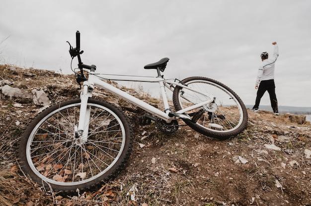 Man verlaat zijn fiets om de overwinning te vieren