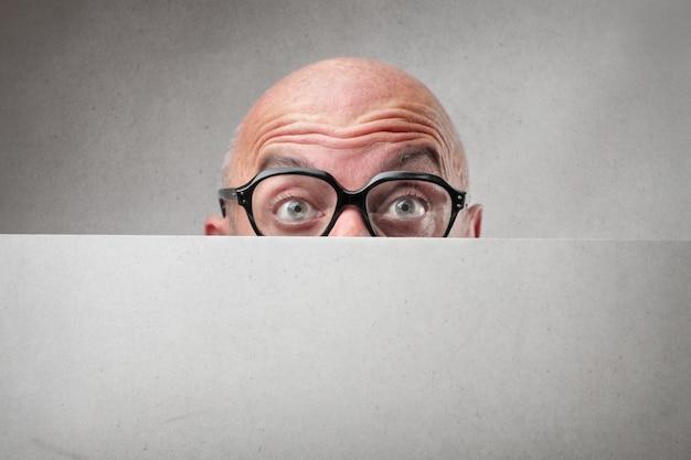 Man verstopt achter een bord