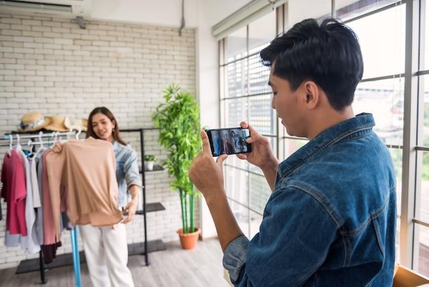 Man videostreaming record door smartphone voor beautyblogger