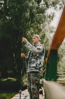 Man vissen en houdt de hengel vast