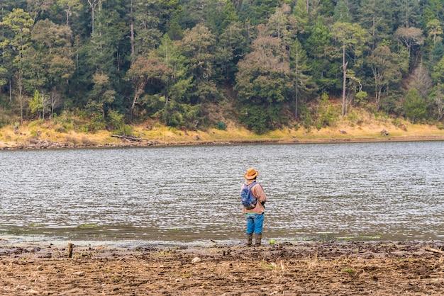 Man vissen in het meer