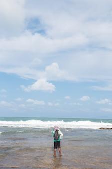 Man vissen met een paal in de zee