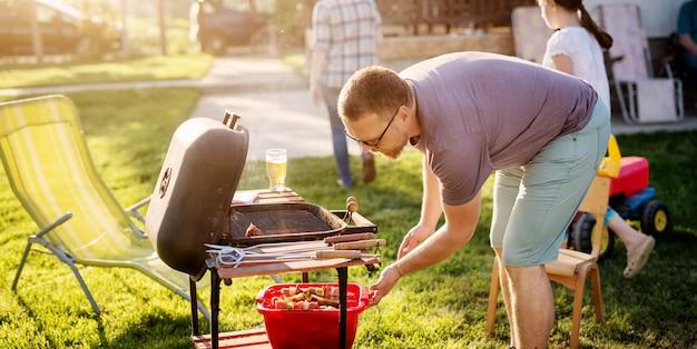 Man vlees voorbereiden grill.
