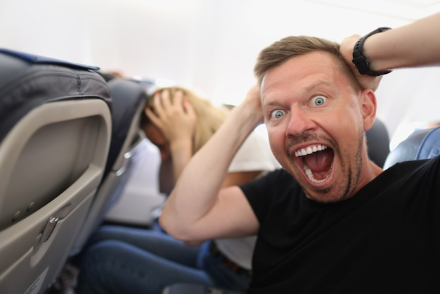 Man vliegt in vliegtuig en schreeuwt van angst