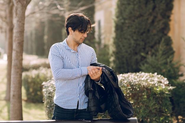 Man voelt zich koud in een shirt in het park. hoge kwaliteit foto
