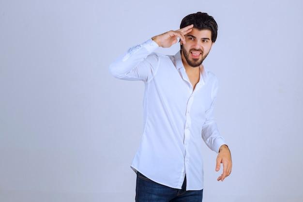 Man voelt zich positief en geeft lachende poses.