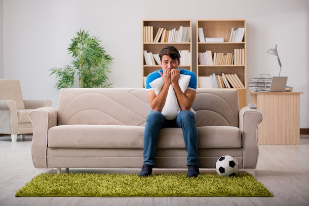 Man voetbal kijken thuis